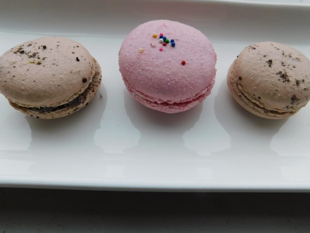 How to decorate macarons with sprinkles